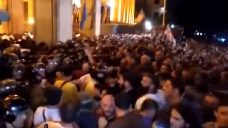 Протестиращи щурмуваха парламента в Грузия заради комунистически депутат от Русия