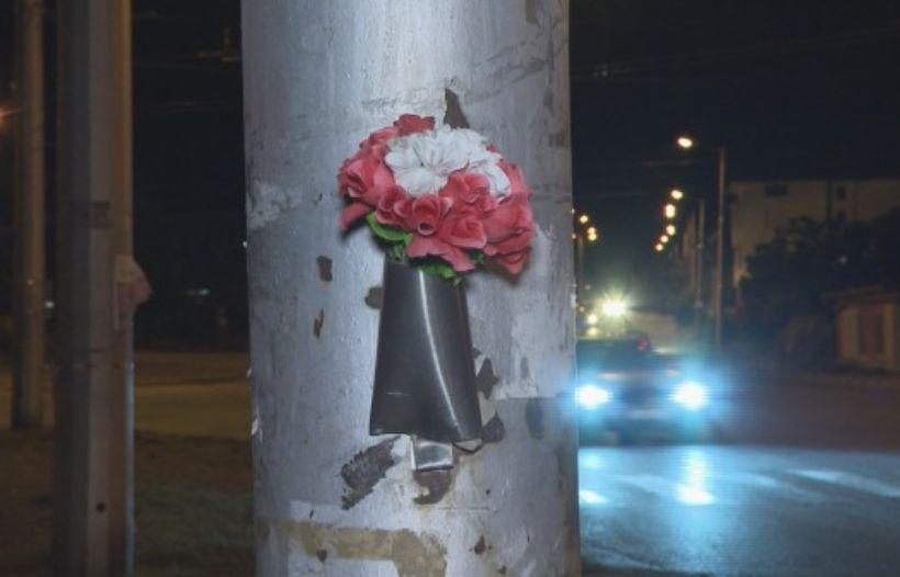 Близки на починалата оставиха цветя на фаталния стълб