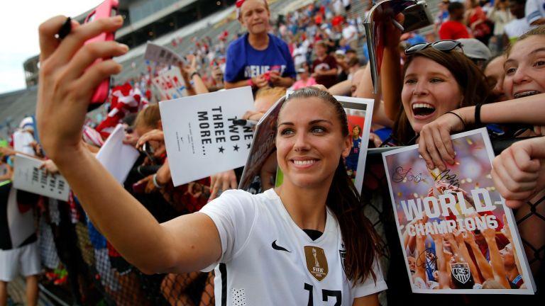 Тя има повече последователи от Тотнъм, пише книги и е красивото лице на футбола