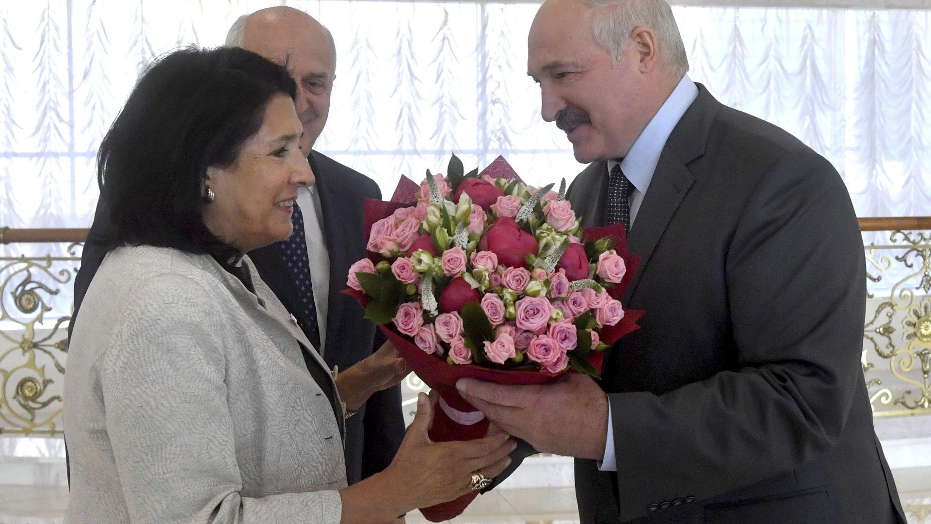 Президентката на Грузия прекъсна посещението си в Беларус и обвини Русия за размириците