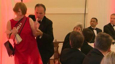 Британски зам.-министър сграбчи за врата протестираща жена (видео)
