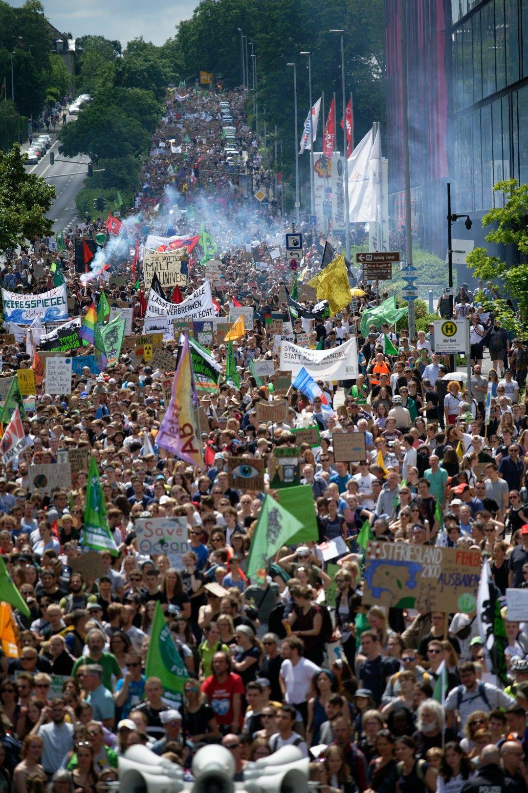 """""""Вашата алчност съсипва нашето бъдеще"""", заявяват демонстрантите"""