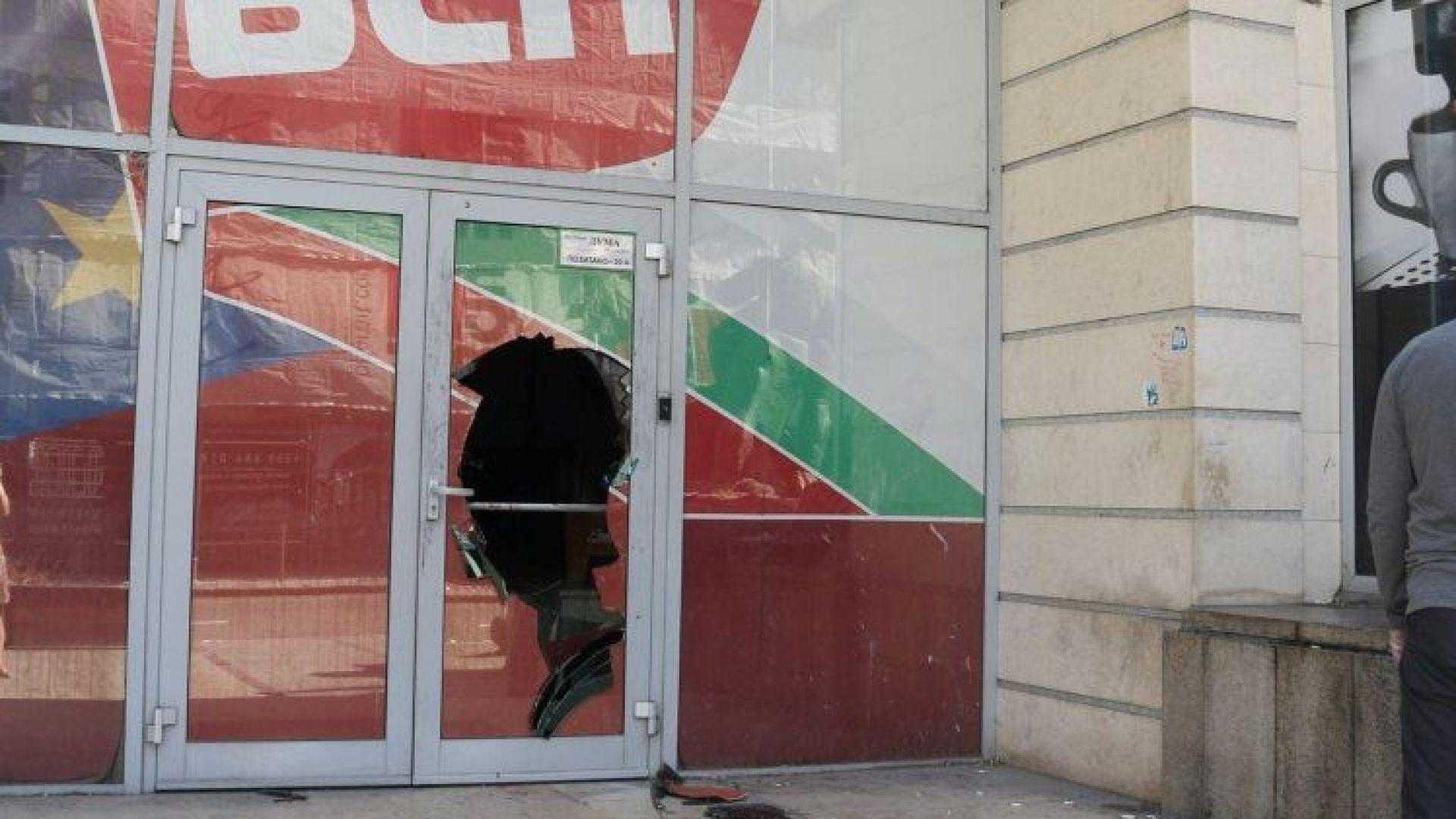 """Разбиха офиса на """"Дума"""". БСП осъди атаката срещу """"свободните медии"""", МВР задържа пиян"""
