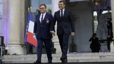 Макрон хвана за ръка Елтън Джон и му връчи френския Орден на почетния легион (снимки)