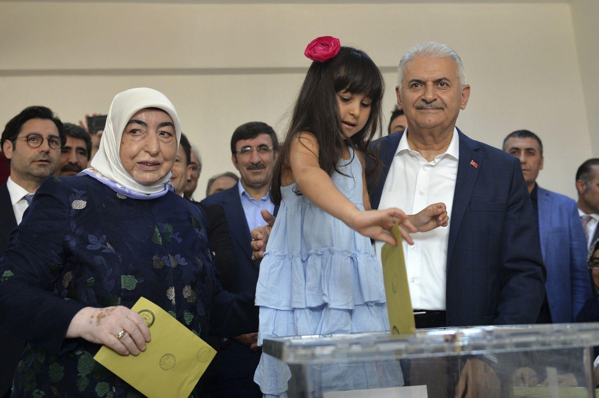 Бинали Йълдъръм гласува заедно със съпругата и внучката си