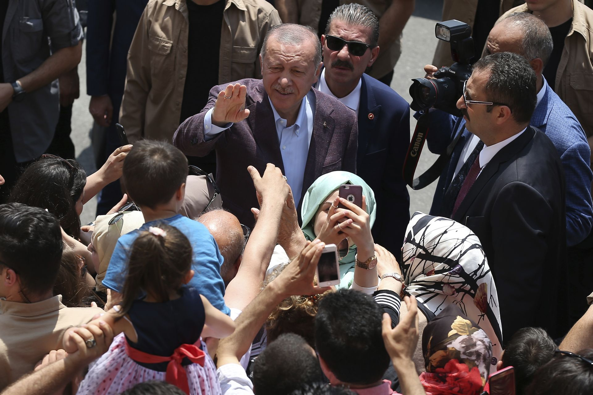 Президентът беше посрещнат от свои привърженици пред изборната секция