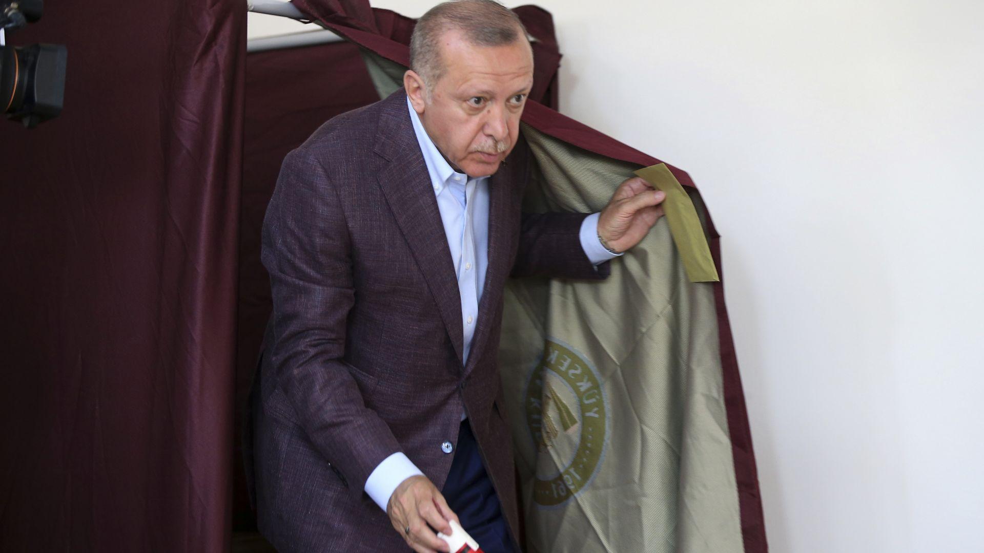 """Ердоган гласува за """"най-правилното решение"""" за Истанбул, но партията му губи с 9%"""