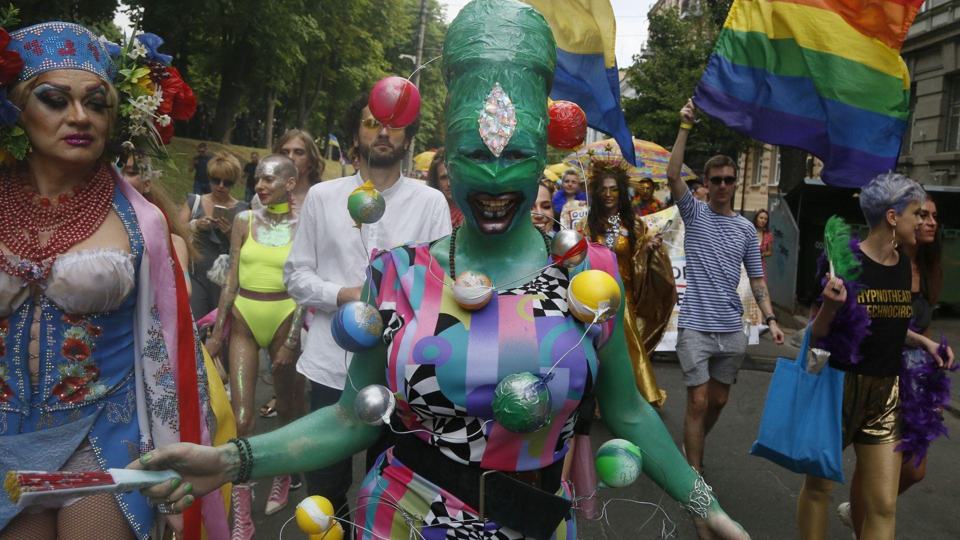 Хиляди на гей парад в Киев, имаше и контрапротест