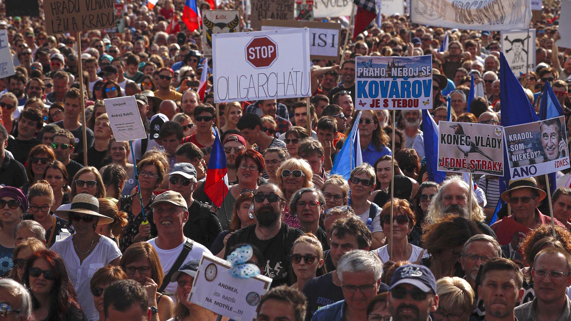 Чехите излязоха на най-многохилядния протест след  Нежната революция