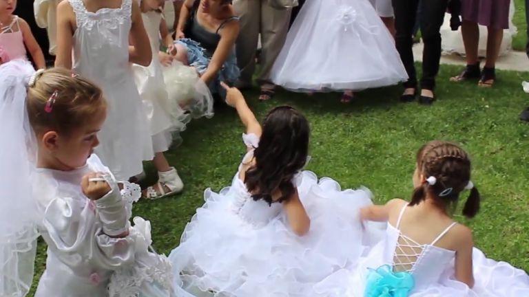 """На """"Калиница"""" малки момичета обличат булчински рокли"""