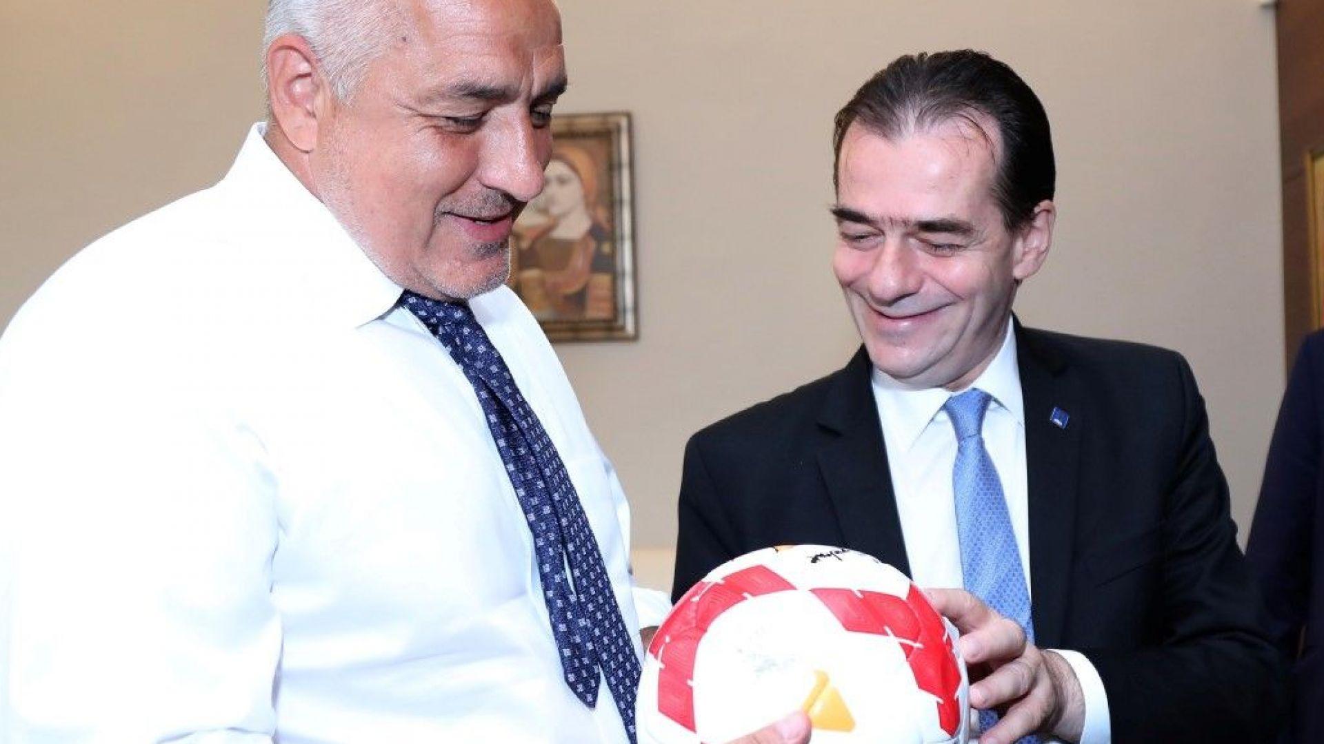 Борисов получи от румънски партиен лидер топка с автограф от Георге Хаджи