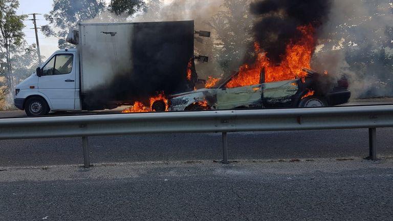 Камион и кола пламнаха след сблъсък на пътя край Бургас (снимки)