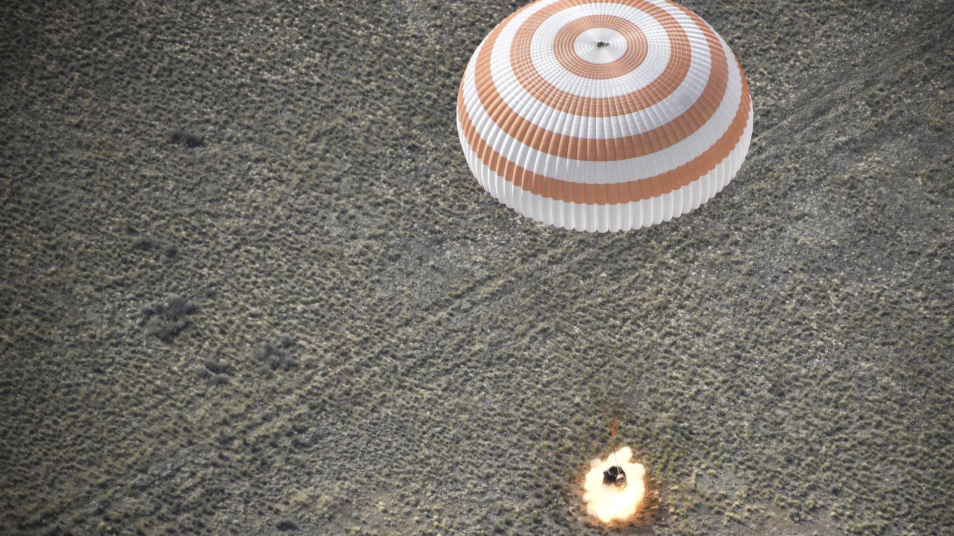 Кацнаха космонавтите от МКС (снимки)