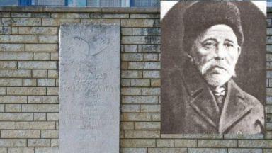 """Няма желаещи да възстановят паметника на """"бащата"""" на Бургас"""