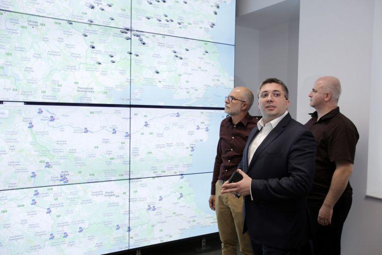 Николай Нанков (в средата) и директорът на Националното тол управление Олег Асенов (ляво) представиха готовността за въвеждане на тол системата