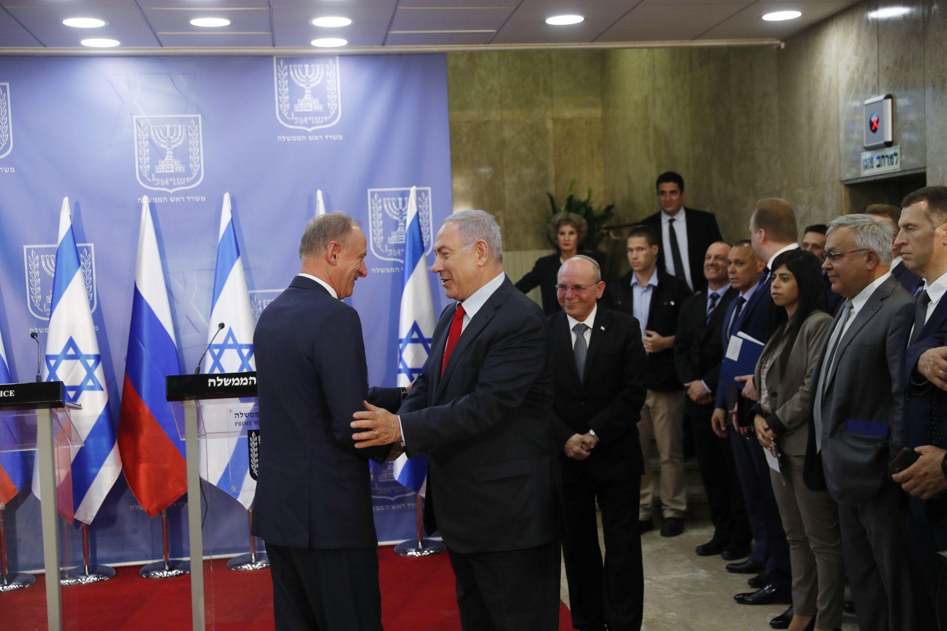 секретарят на руския Съвет за сигурност Николай Патрушев се ръкува с израелския премиер