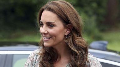 Кейт във феерична рокля на фотографско събитие