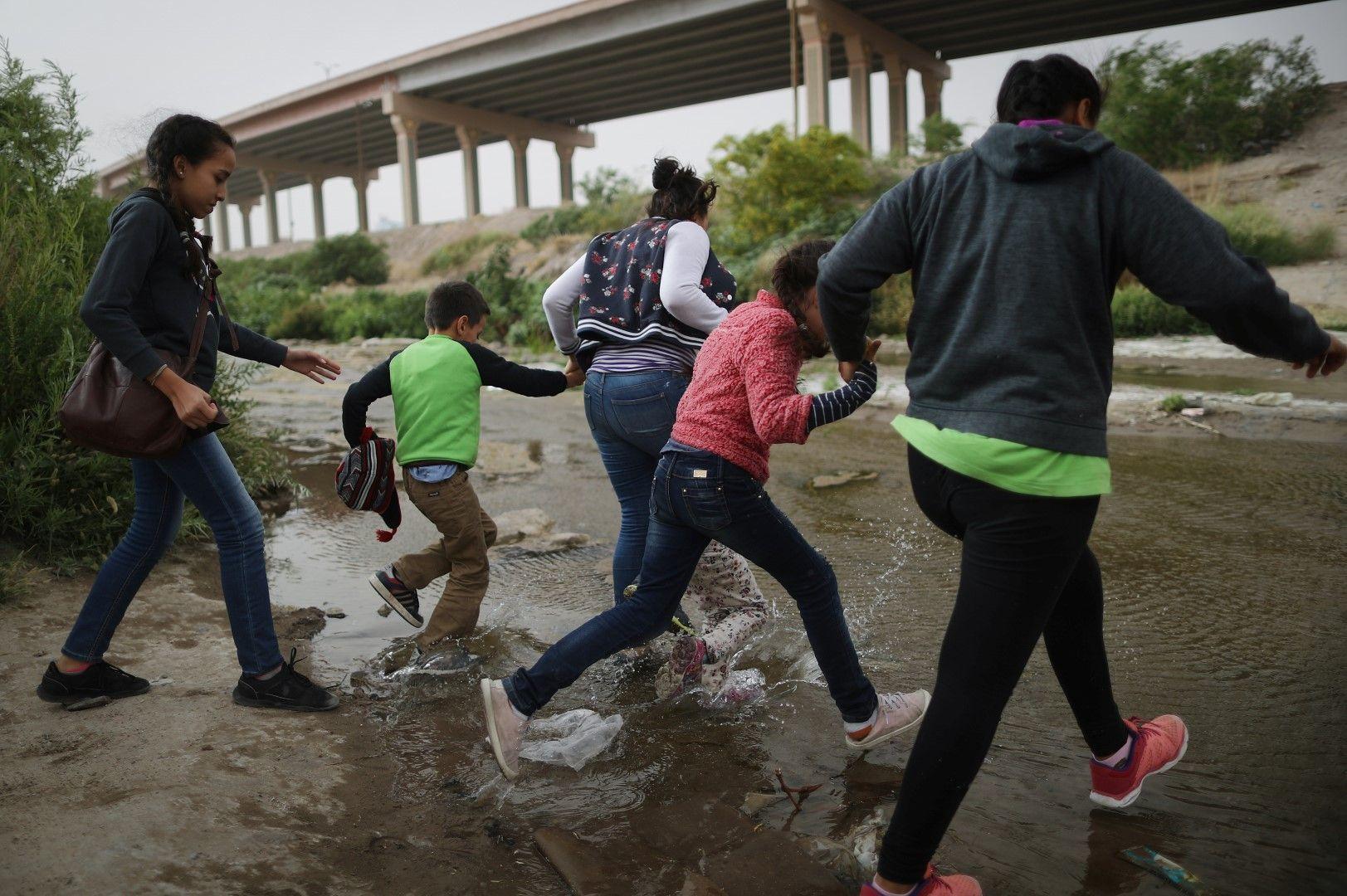 Мигранти се опитват да пресекат границата между Мексико и САЩ по река Рио Гранде при град Ел Пасо, 20 май 2019 г.