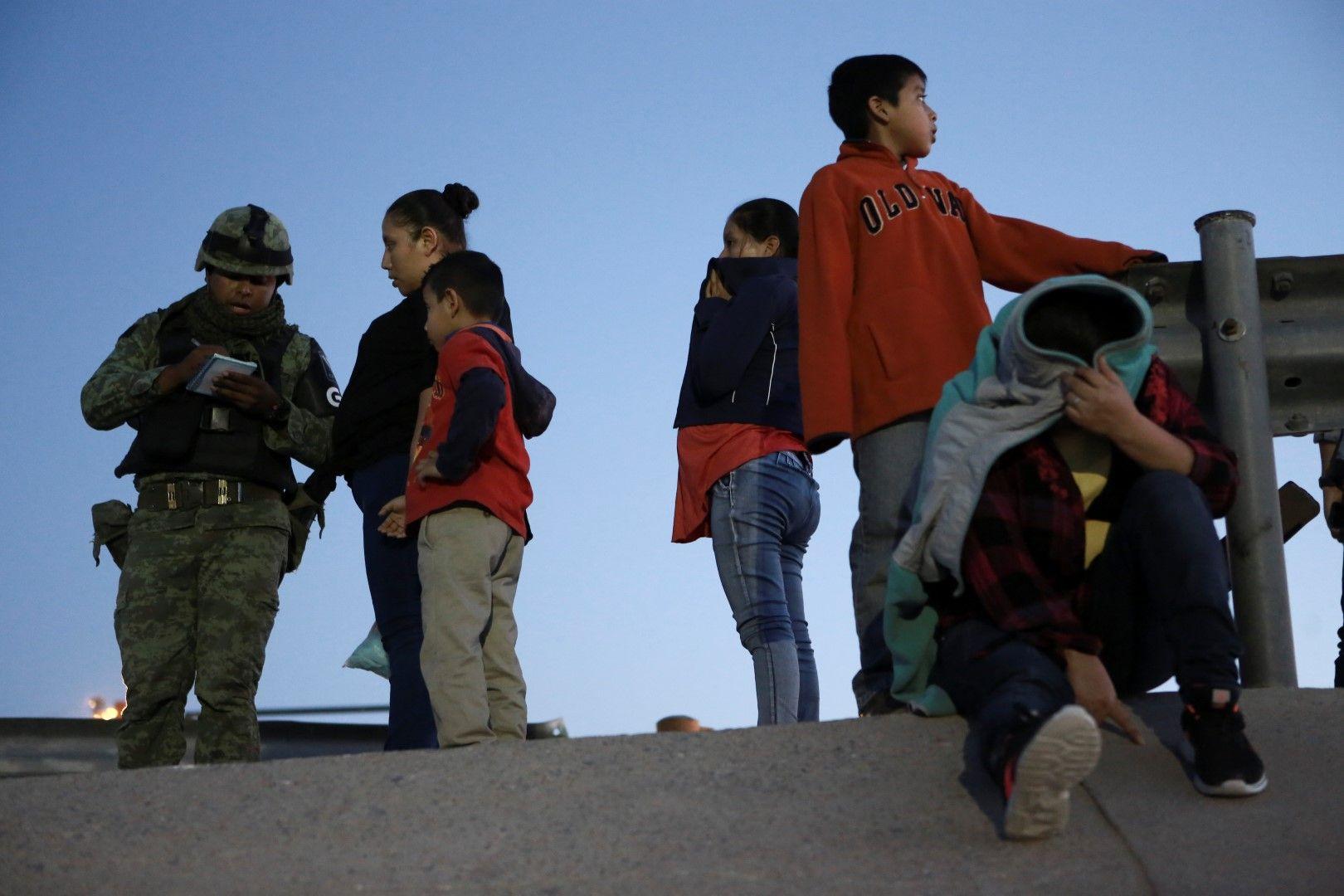 Деца мигранти от Гватемала са спрени от военен полицай в опит да преминат от Мексико в Ел Пасо, Тексас