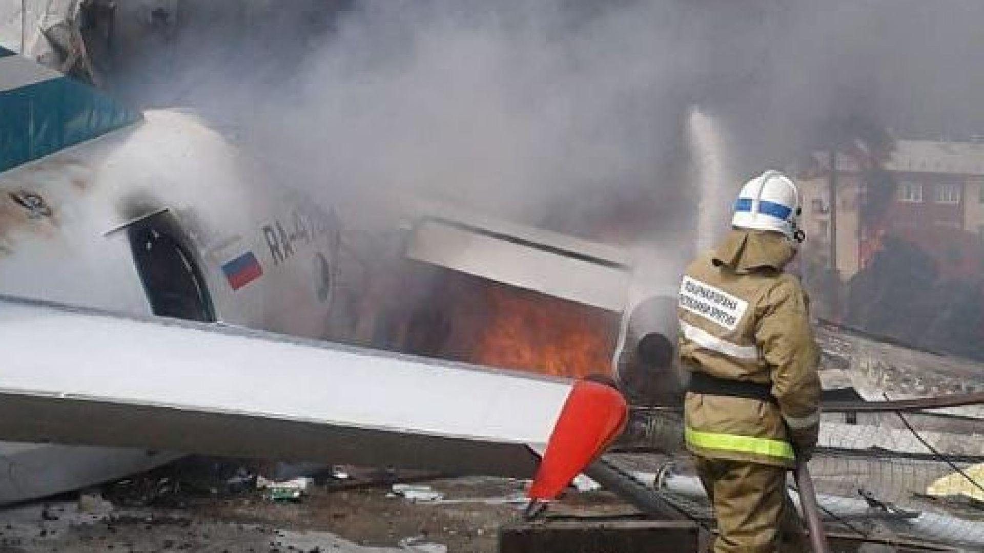 Руски самолет кацна аварийно, пилотите загинаха, но пътниците оцеляха (видео)