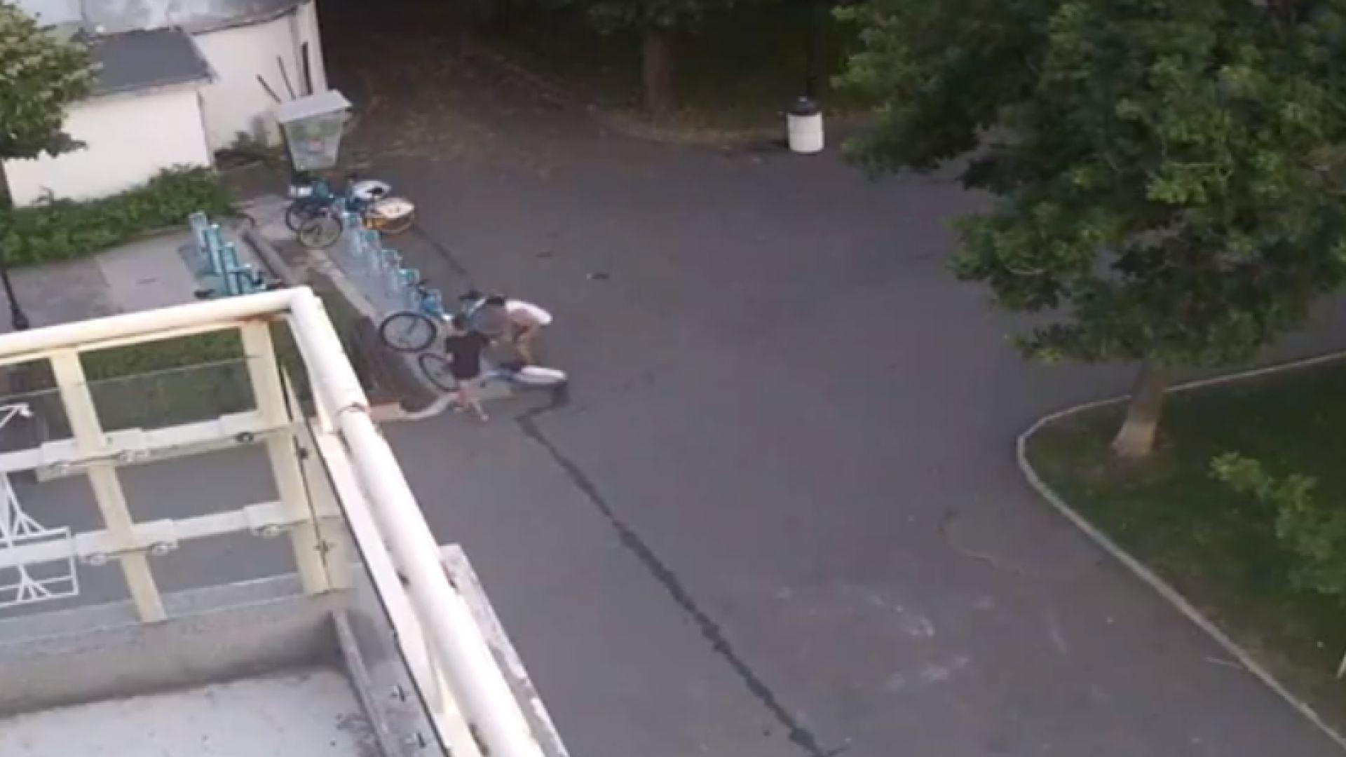 Деца вандали атакуваха велостоянка и откраднаха колело в Бургас (видео)
