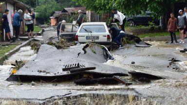 За потопа в Котел: Беше страшно, 2 м висока приливна вълна обръщаше асфалта!