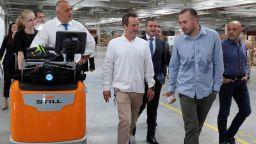 Премиерът подкара електрокар и показа къде е играл като малък (видео)