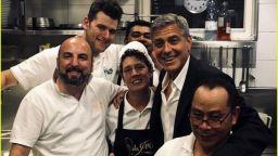 Джордж Клуни влезе в кухнята на ресторант във Венеция (снимки)