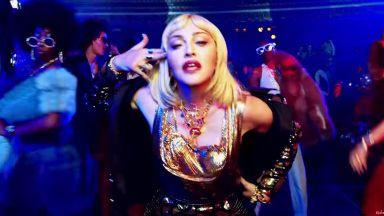 Мадона с позиция за огнестрелните оръжия в новия си клип