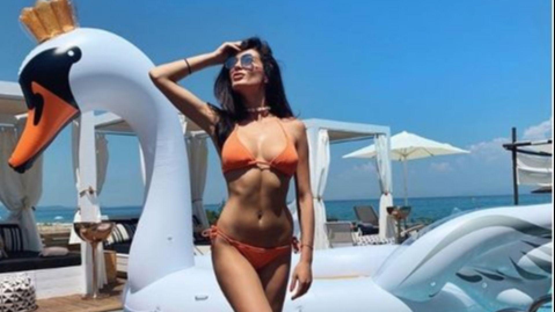 Олга Модева изкусителна на гръцките плажове