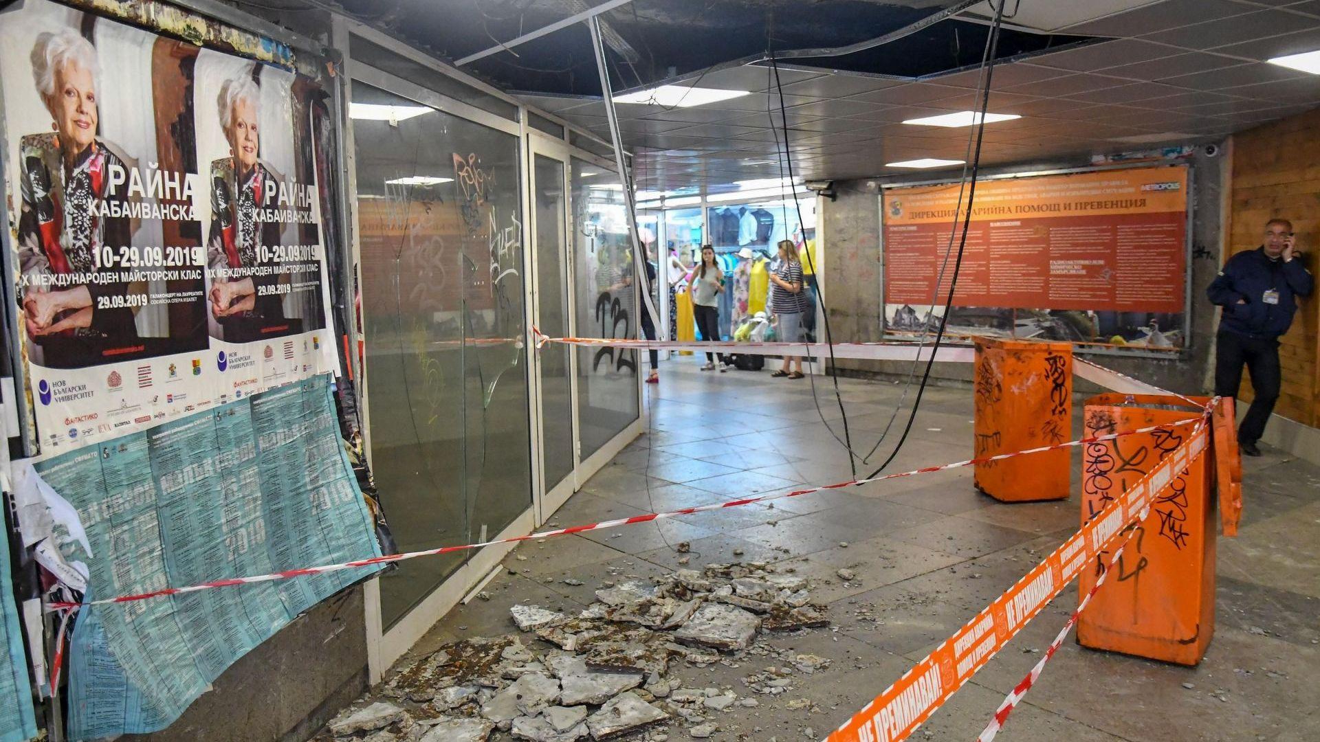 Бетонни късове се срутиха на сантиметри от жена в центъра на София (снимки)