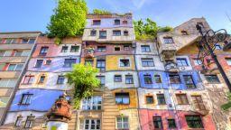 """Ексцентричният дом """"Хундертвасер"""" във Виена привлича като магнит"""