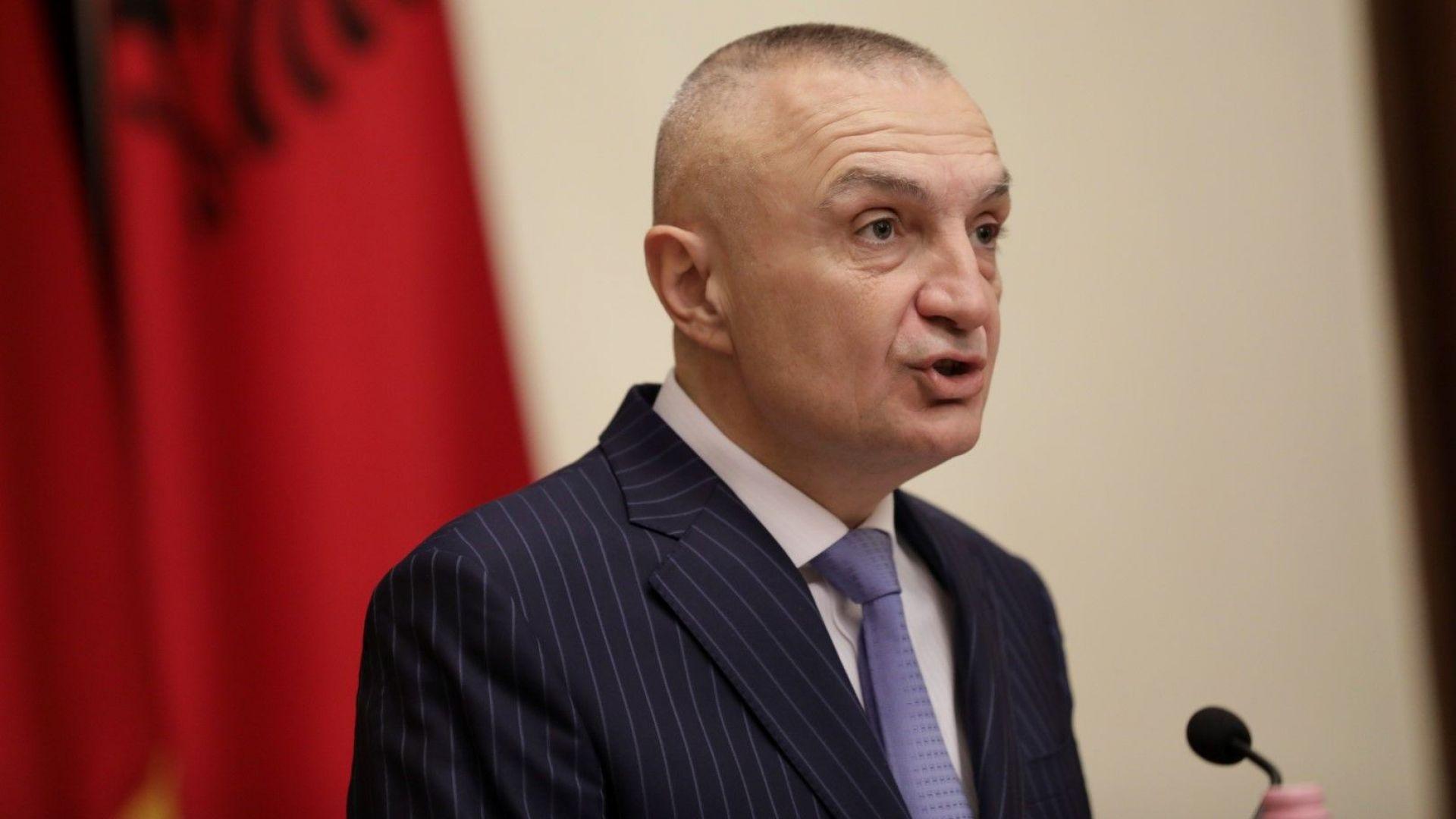 Президентът на Албания на плаж, опозицията обвини премиера, че купува гласове за изборите