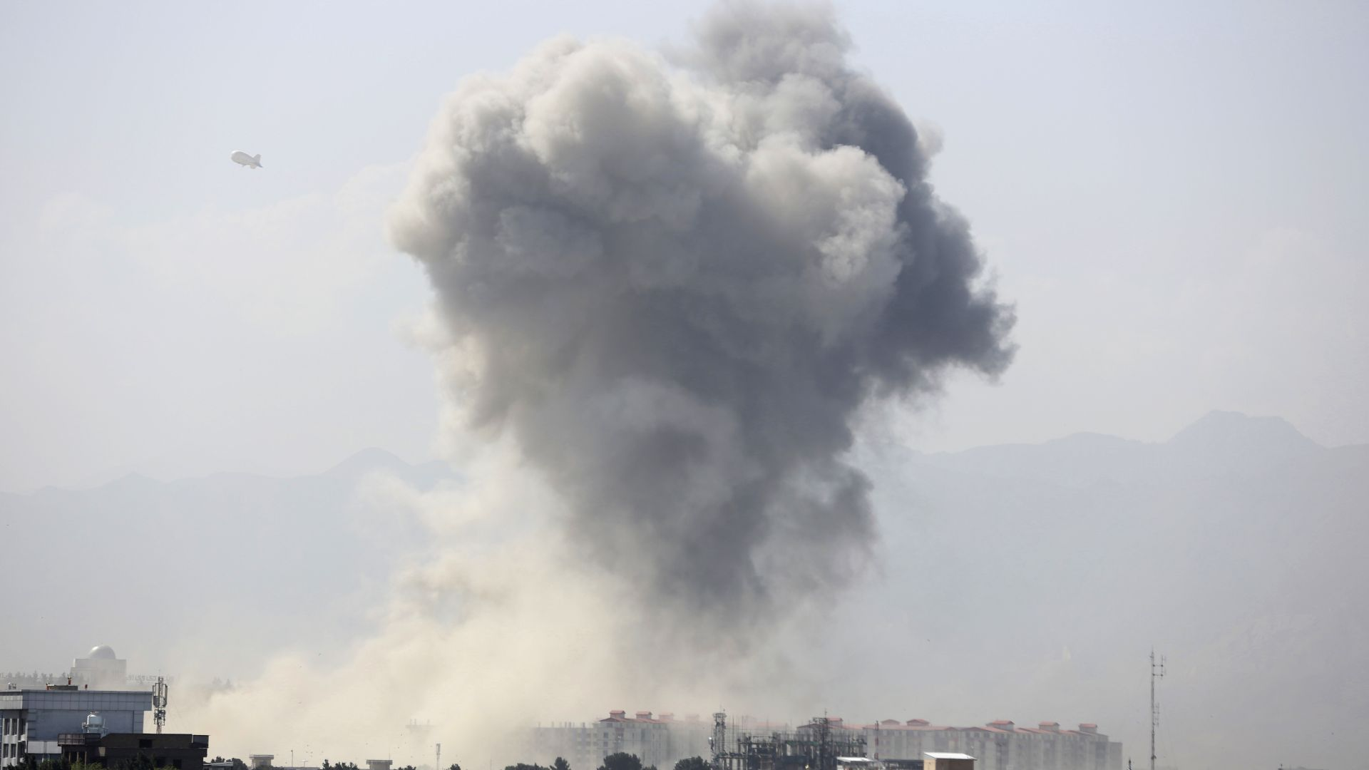 Най-малко 34 убити при експлозия край мисията на САЩ в Кабул (видео)