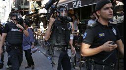 Гумени куршуми и сълзотворен газ срещу гей парада в Истанбул (видео)