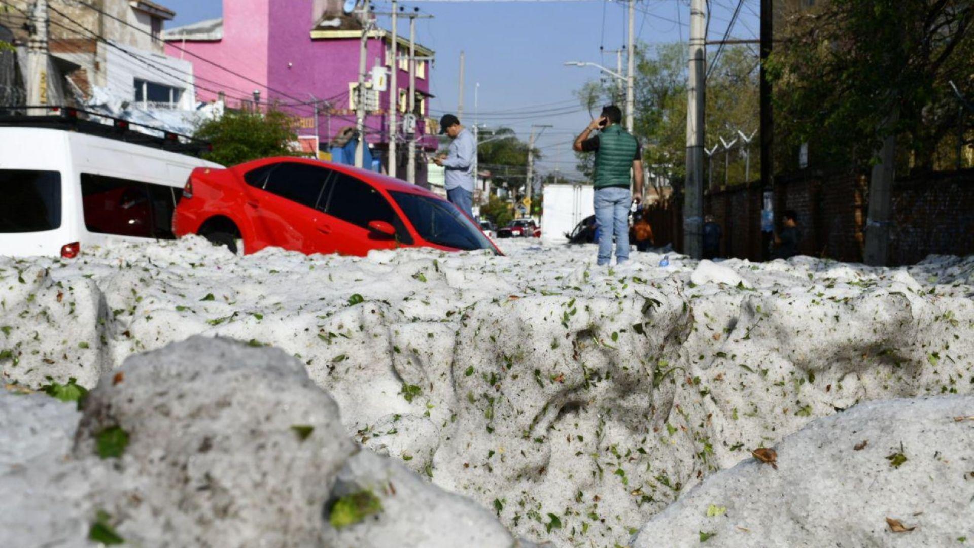 Невиждана градушка натрупа двуметрови преспи в Мексико (видео)