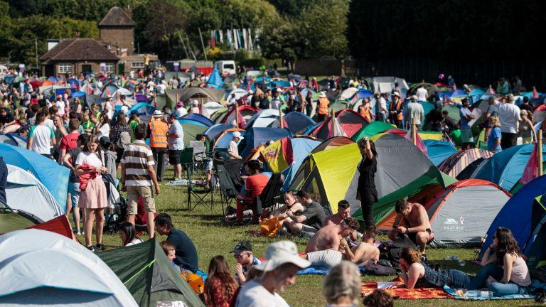 5000 луди фенове нощуваха на палатков лагер, за да са първи в храма на тениса (галерия)