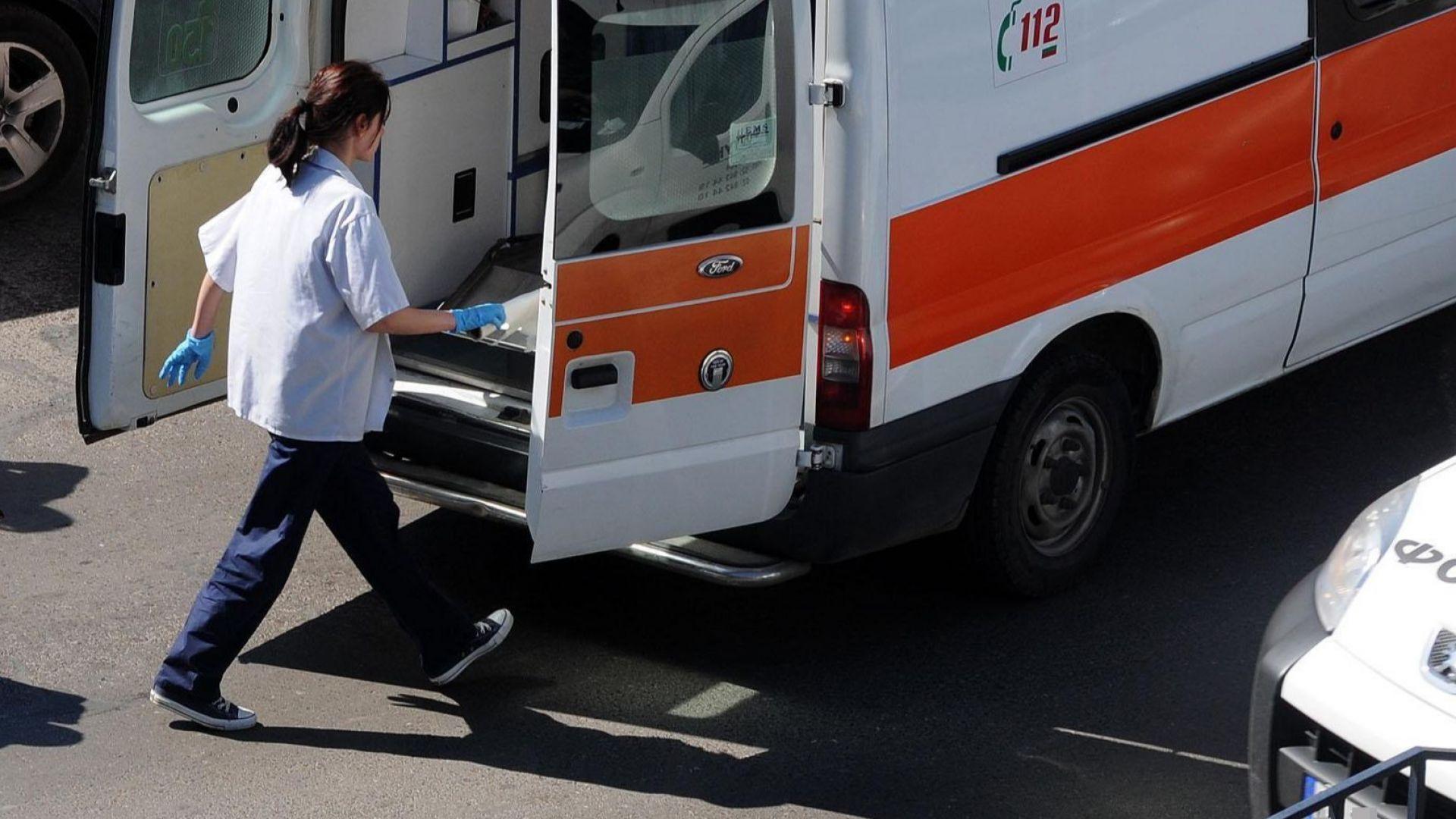 Автобус блъсна възрастна жена на пешеходна пътека, борят се за живота й