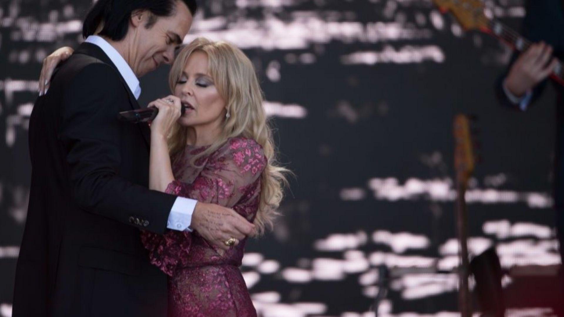 Кайли Миноуг и Ник Кейв в нежна прегръдка на фестивала в Гластънбъри