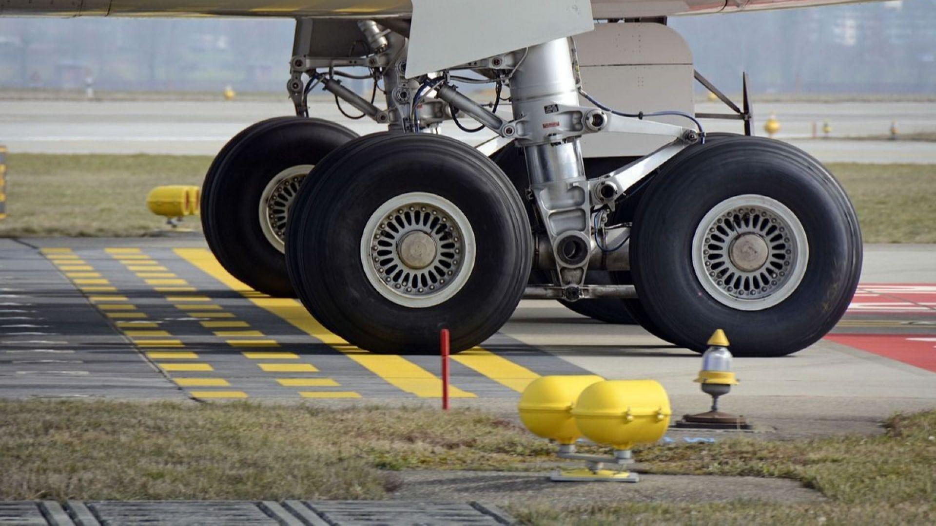 Нелегален пътник падна от колесника на самолет в Лондон