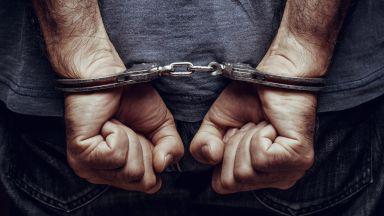 Бандит плаши с нож край автогара, напада и полицаи