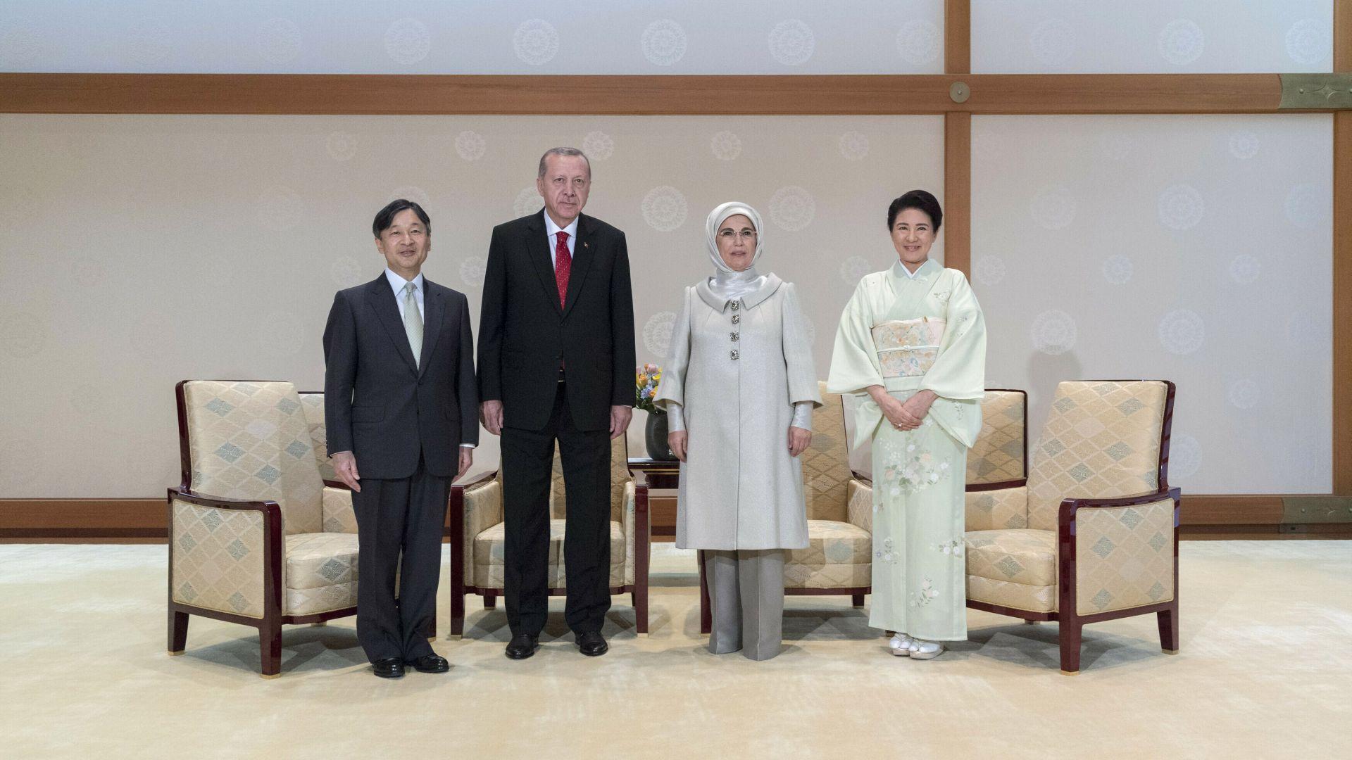 Ердоган и съпругата му Емине бяха приети от императора и премиера на Япония