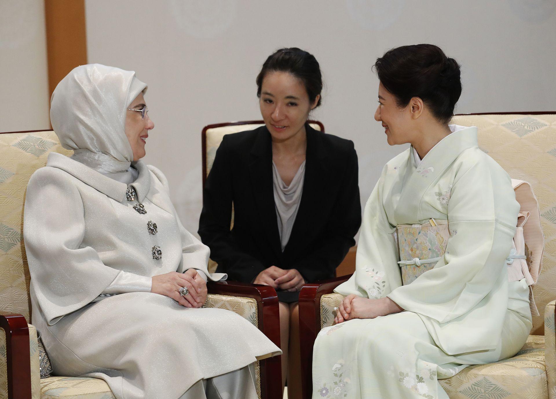 Емине Ердоган разговаря чрез преводачка с императрица Масако