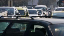 Деца връчват послания на шофьорите в София
