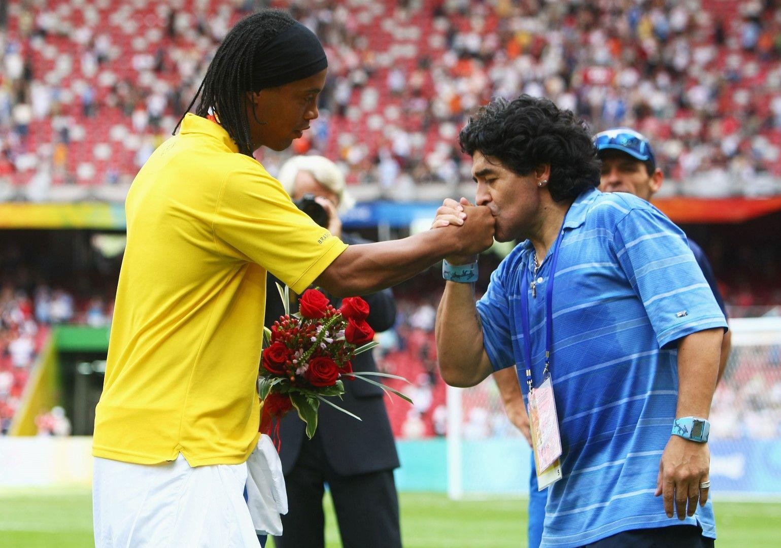 """Световно първенство 1990 г. - Антонио Карека, нападателят на Бразилия, за пореден път е спрян от аржентинец по пътя към гола. Бразилците удариха три греди в мача, но Марадона и Каниджа ги """"излъгаха"""" с късно попадение"""