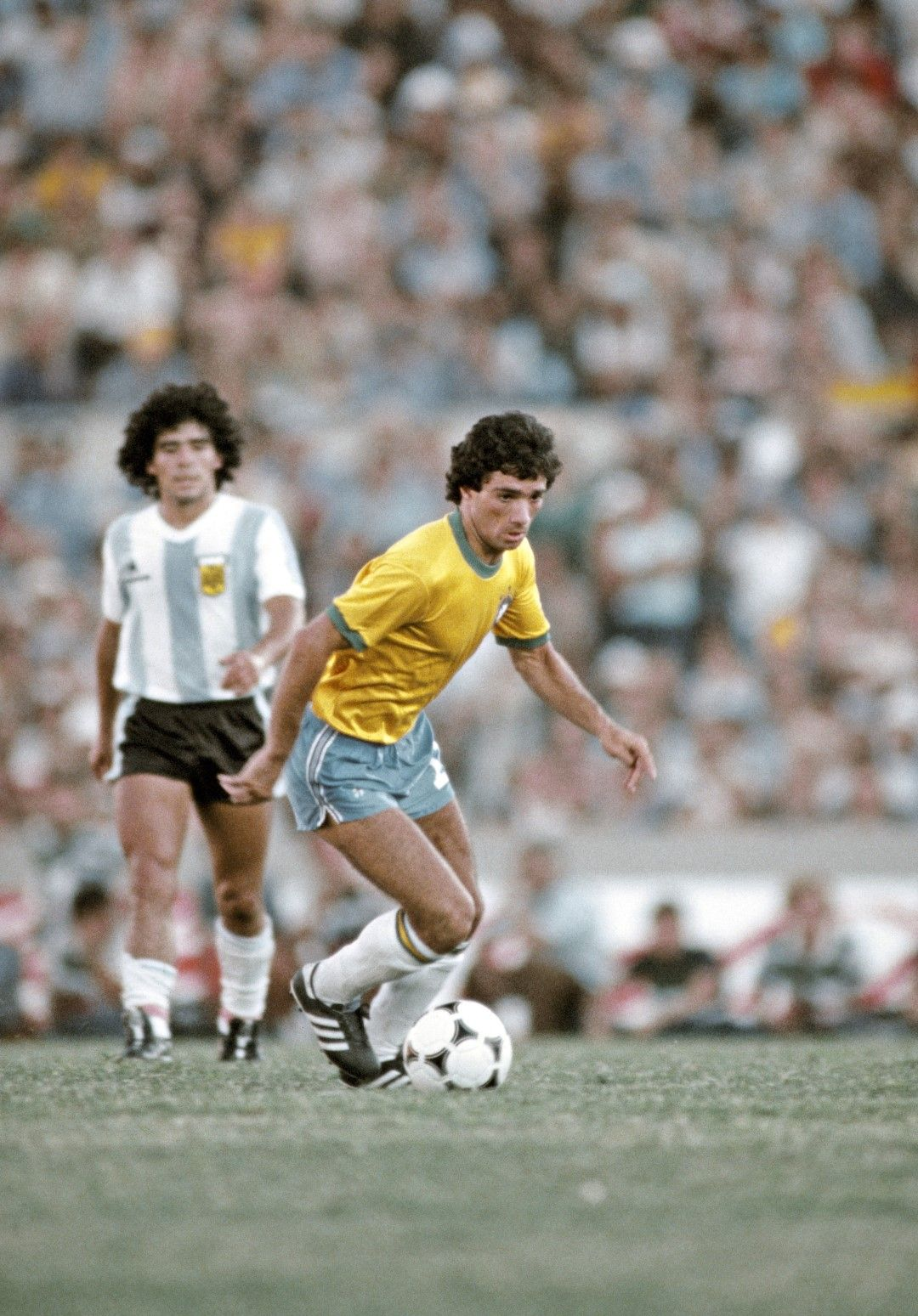 1982 г., Световно първенство в Испания. Бразилия печели с 3:1, а младият Диего Марадона (на заден план) е изгонен