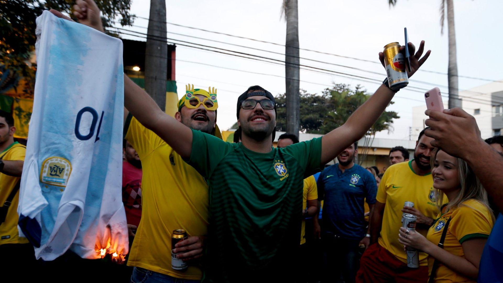 Бразилия трие сол в аржентинските рани, торсидата гори фланелка на №10