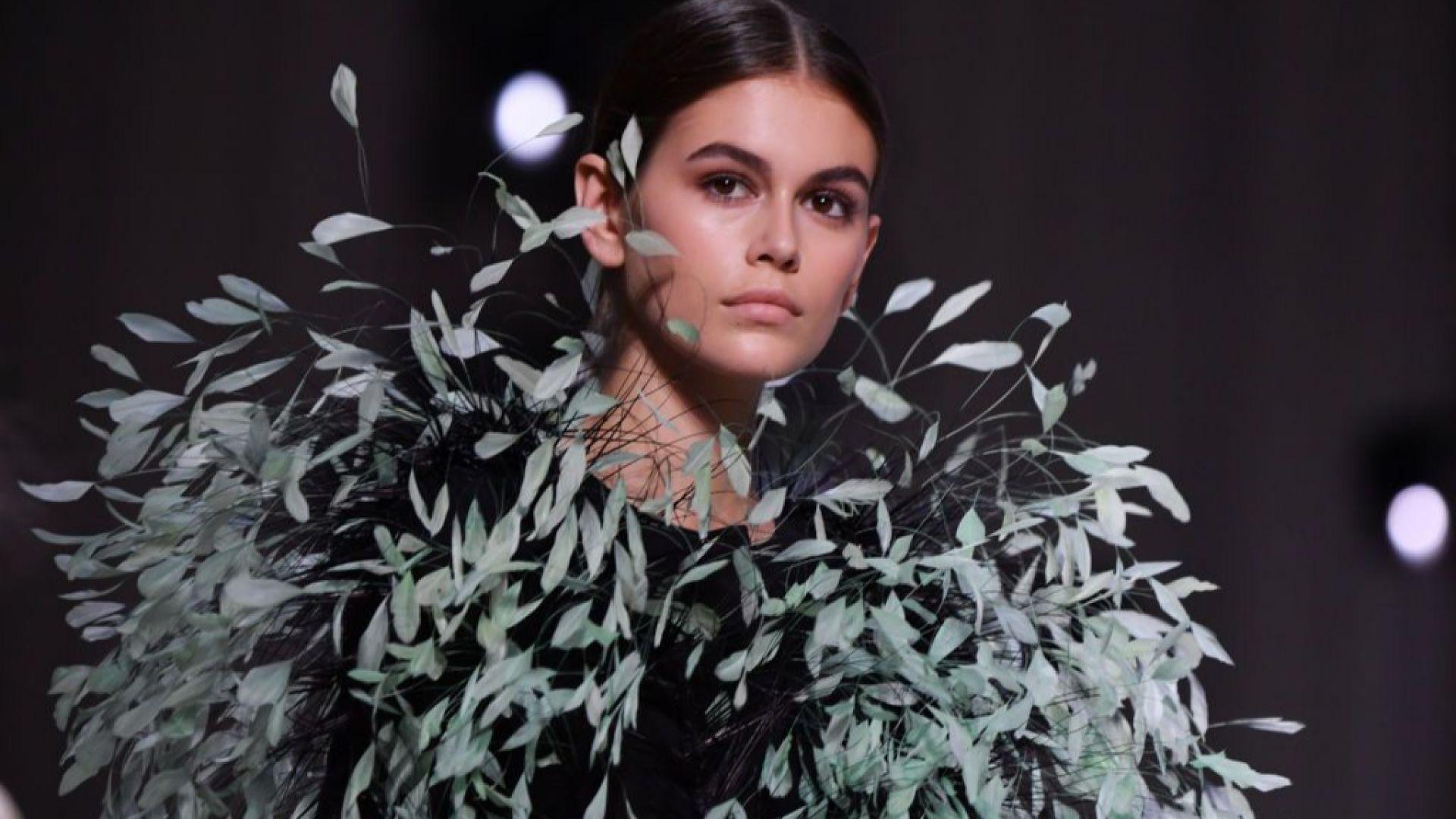 Кая Гербер като коледно дърво на ревюто на Givenchy