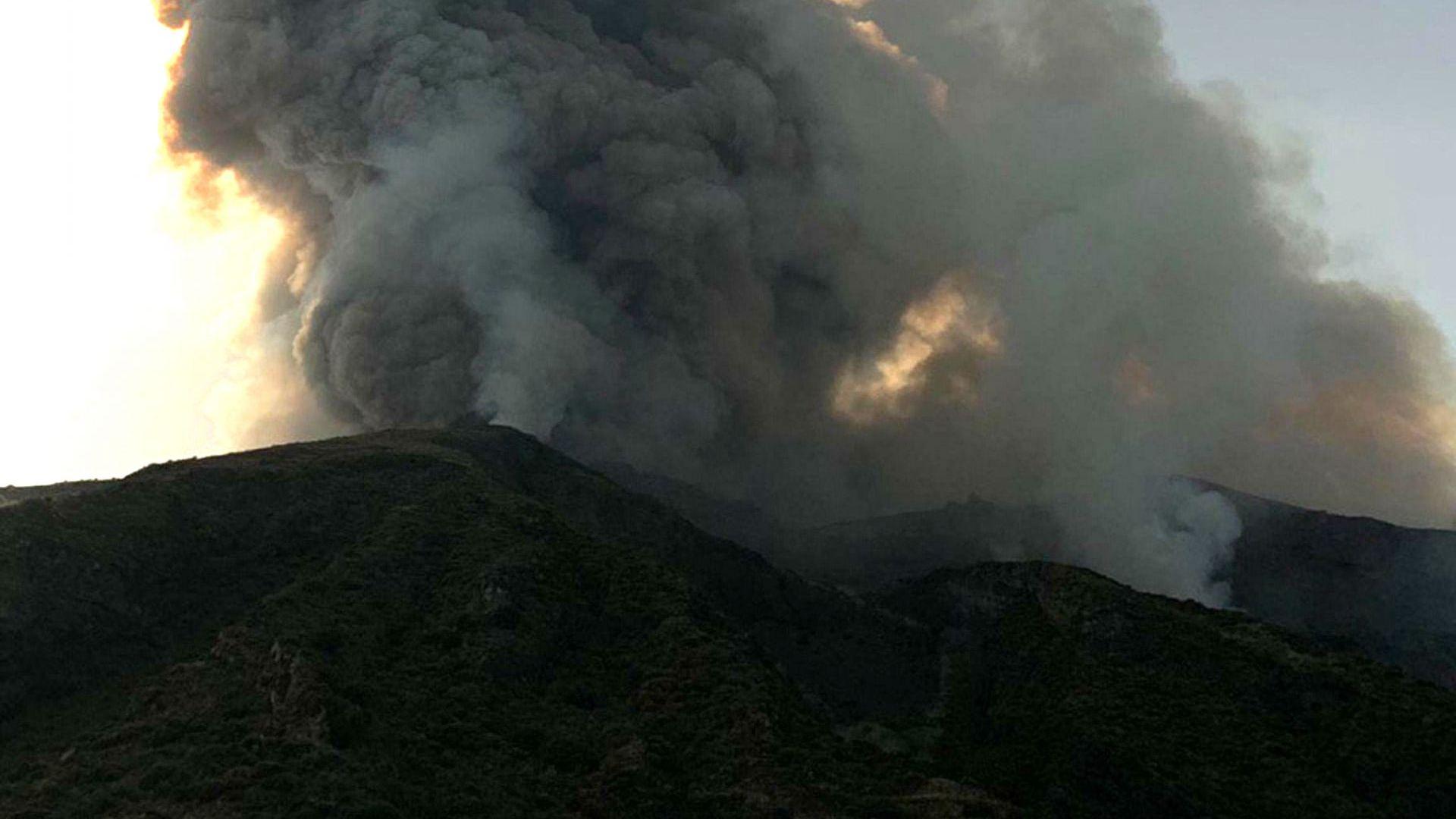 """Вулкан изригна на италиански остров, """"дъжд"""" от камъни погуби катерач"""