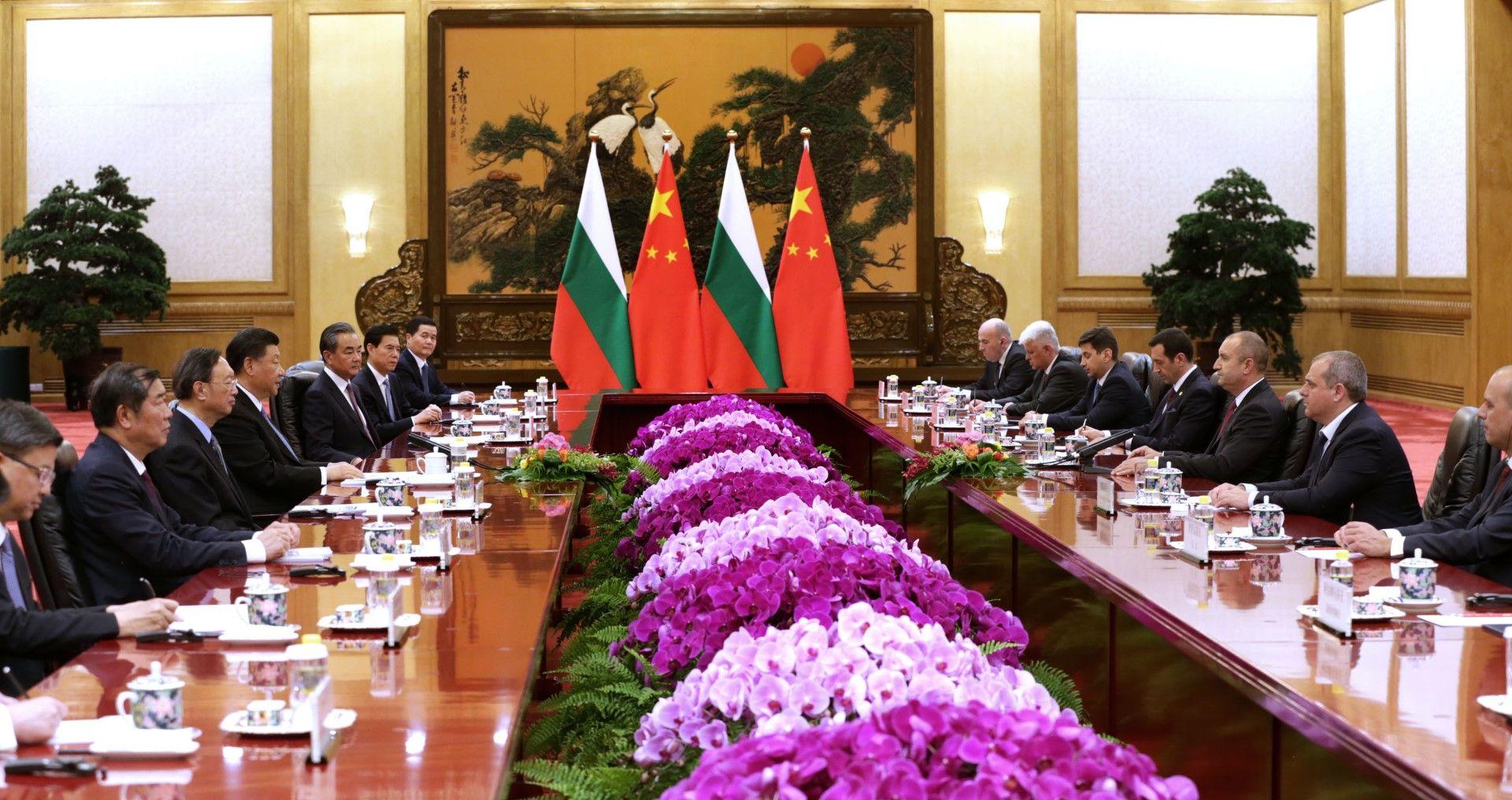 Разговори между делегациите на двете страни